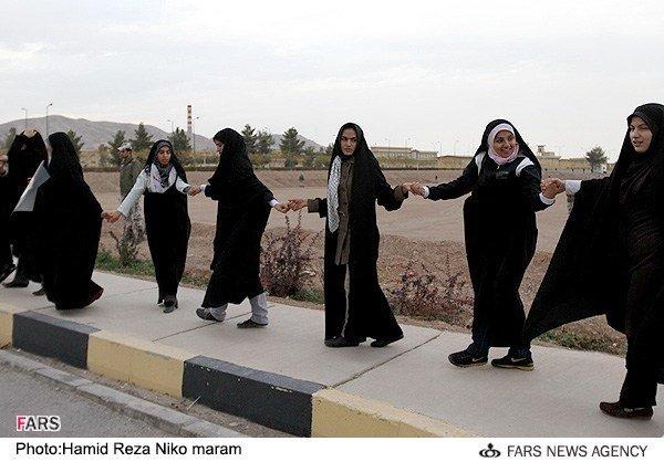 مراسم حلقه انسانی دانشجویان در اطراف تاسیسات هستهای اصفهان