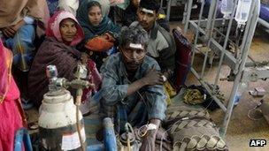 مصرف مشروب الکلی تقلبی در هند به کشته شدن دستکم ۱۰۰ نفر منجر شد