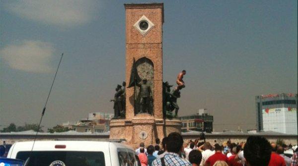 مرد برهنه ایرانی بر روی مجسمه آتاتورک در میدان تقسیم استانبول