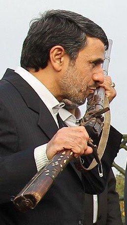 ماجرای تفنگی که بر دیوار کلبه احمدی نژاد آویزان است!
