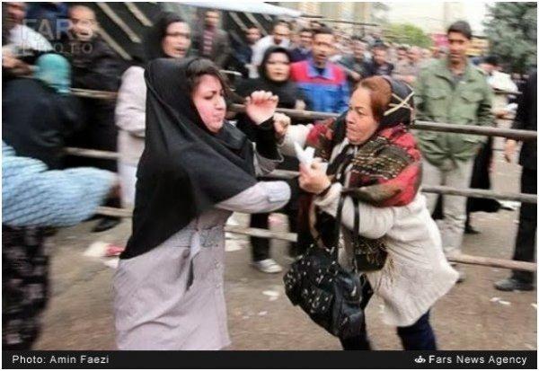 عکس روز : کتک کاری زنان در صف دریافت سبد کالا
