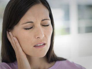 Болит правое ухо: причины и что делать